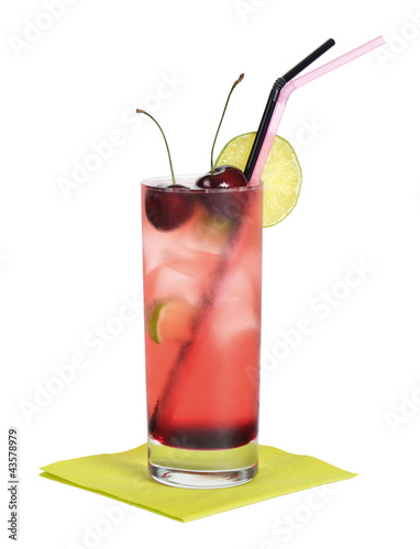 Photo El Diablo cocktail, a long drink made with tequila, creme de cassis, ginger ale and lime with ice in a longdrink glass