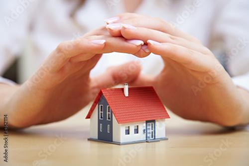 Fotografie, Obraz  Hände schützen Haus