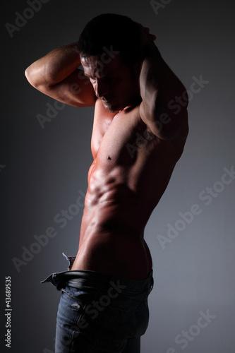 Fotografía  uomo semi nudo