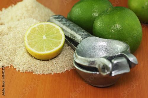 metalowy-wyciskacz-do-cytrusow-i-limonki-w-tle