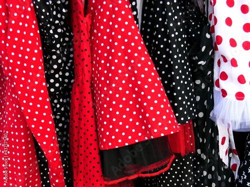 Fotografie, Obraz  Kleider in Rot und Schwarz im Stil der Mode der Fünfziger Jahre