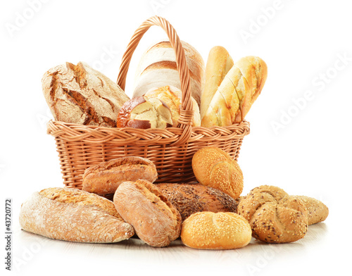 In de dag Bakkerij Bread and rolls in wicker basket isolated on white