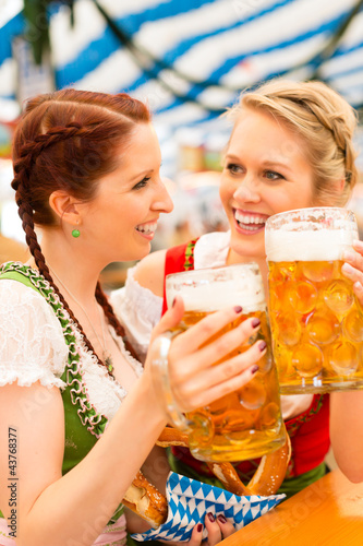 Fotografie, Obraz  Junge Frauen in traditionellem Dirndl in Bierzelt