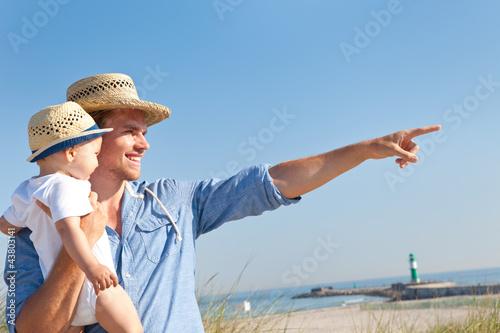 Spoed Foto op Canvas Noordzee vater mit sohn auf dem arm