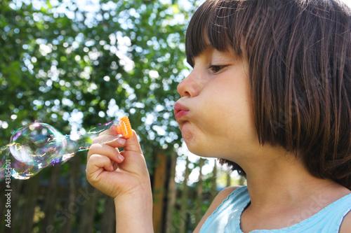 Staande foto Kasteel Dziewczynka robi bańki mydlane