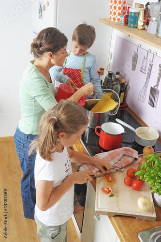 Foto  Kinder kochen mit der Mutter