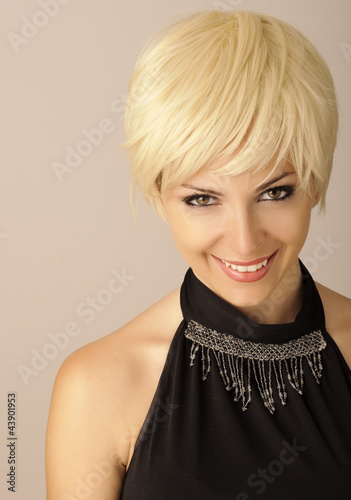 Fotografía  Beautiful young woman with short blond hair looking at camera