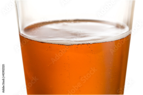 Photo  Glass of cold golden beer with focus on edge