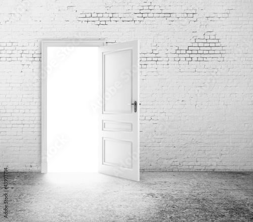 Photo  open door in room