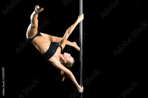 Foto op Plexiglas Fitness Young sexy woman exercise pole dance against a black background