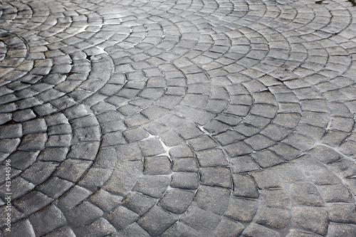 Pavimento de círculos de cemento tras la lluvia