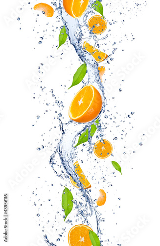 Spoed Foto op Canvas Opspattend water Fresh oranges falling in water splash