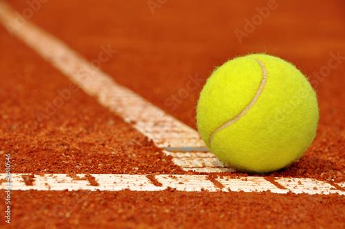 pilka-tenisowa-na-glinianym-korcie-tenisowym