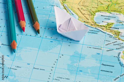 Fotografia  paper ships on the geography map