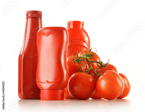 Fotografía  Composition with ketchup and fresh tomatoes isolated on white