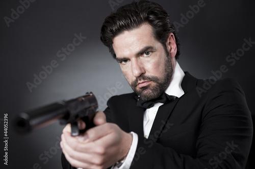 фотография  Geheimagent James Bond 007 mit Pistole im Anschlag