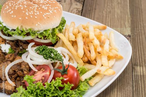 burger-kebab-z-miesem-i-frytkami
