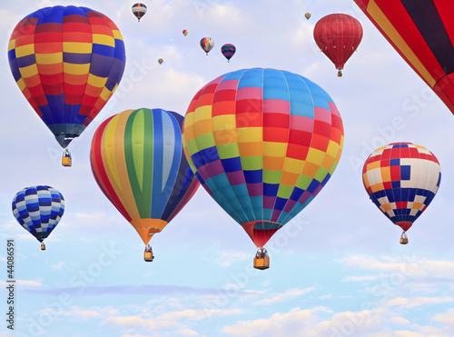Poster Montgolfière / Dirigeable Multicolored hot air balloons flying