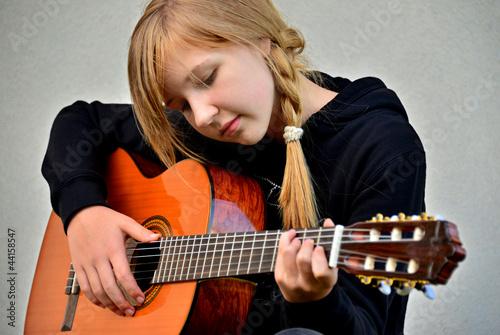 Dziewczynka gra na Gitarze Klasycznej
