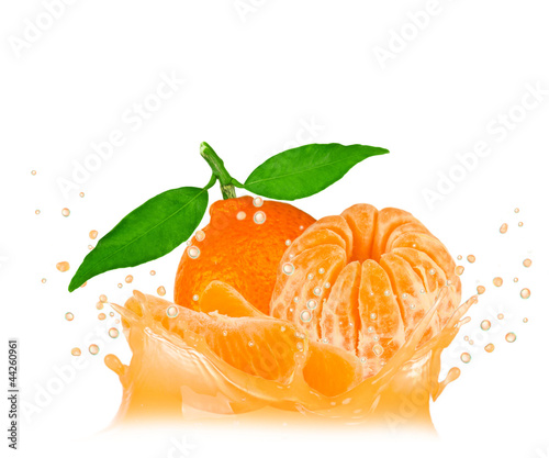 Spoed Foto op Canvas Opspattend water Splash with tangerine isolated on white