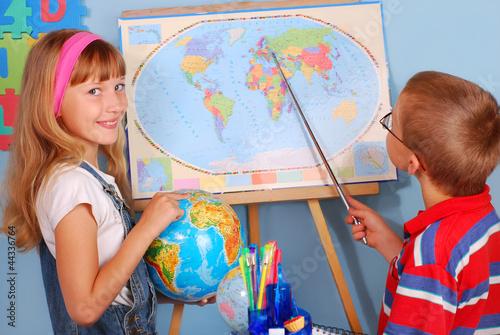 Fotografia  schoolgirl  and schoolboy on geography lesson