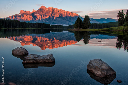 Fototapete - Mountain Reflection in Lake Minnewanka