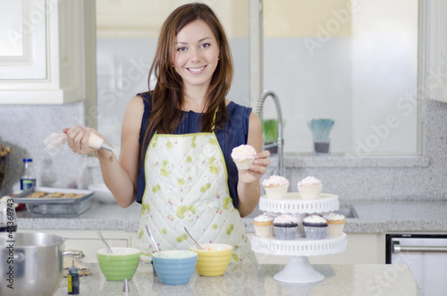 Photo  Cute housewife decorating cupcakes