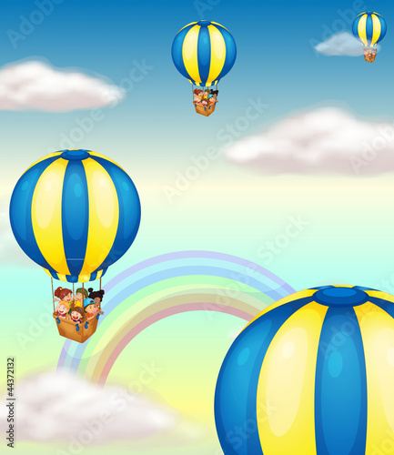 In de dag Regenboog kids in hot air balloon