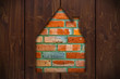 Ziegelsteinhaus hinter Holzwand