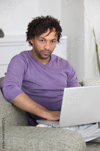 Valokuva unhappy man doing computer on a couch