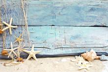Strandgut Vor Blauem Holz Mit ...