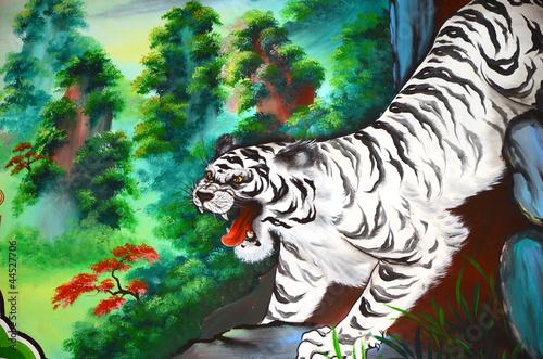 bialy-tygrysi-obraz-na-kamiennej-scianie