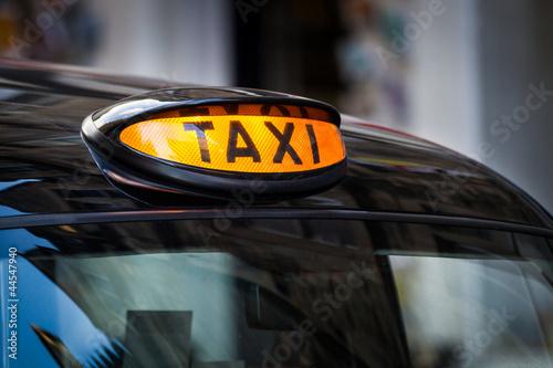 taxi-podpisuje-wewnatrz-uk