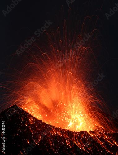 Staande foto Vulkaan Close view into an erupting crater
