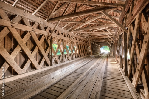 Papiers peints Tunnel Covered Bridge Interior