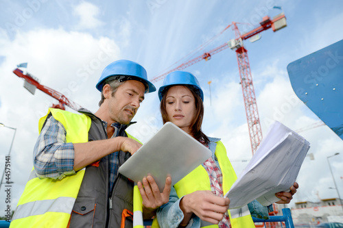 Láminas  Construction manager and engineer working on building site