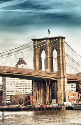 portreta-widok-mosta-brooklynskiego-wierza-i-flaga-w-miasto-nowy-jork