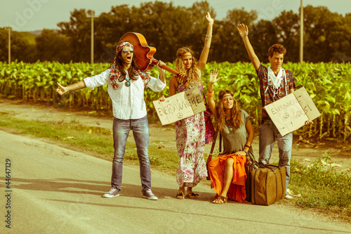 Fotografía Hippie Group Hitchhiking on a Countryside Road