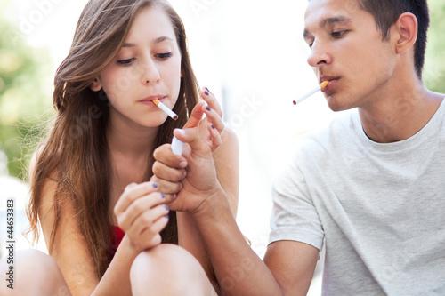 Cuadros en Lienzo Teenage couple smoking