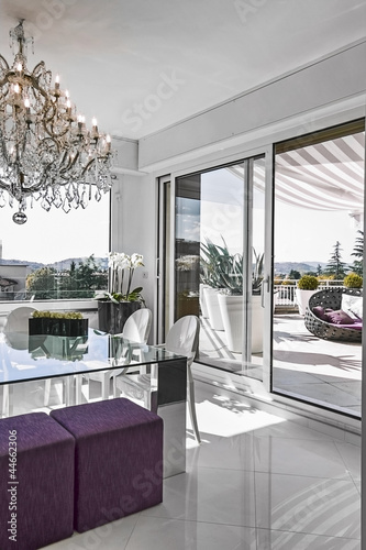 moderna sala pranzo con tavolo di vetro con vista sul terrazzo ...