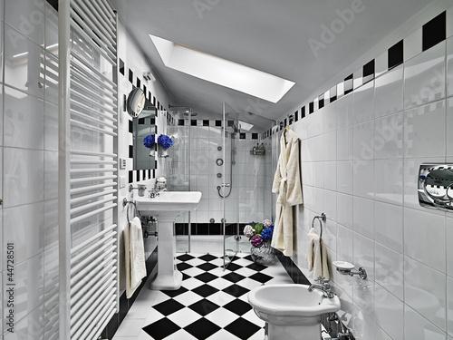 Bagno moderno in bianco e nero nel sottotetto u kaufen sie dieses