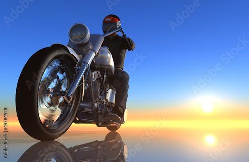 motocyklista-na-tle-wschodzacego-slonca