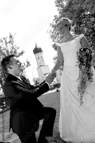 Foto op Plexiglas Brautpaar vor Kirche