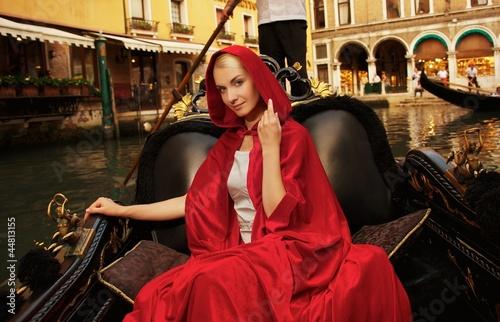 Türaufkleber Gondeln Beautiful woman in red cloak riding on gondola