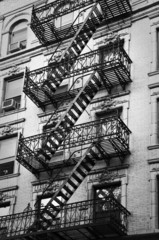 Panel Szklany Podświetlane Architektura Façade avec escalier de secours noir et blanc - New-York