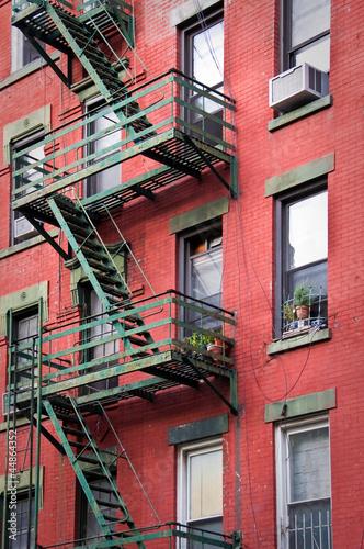 czerwona-fasada-z-pozarnicza-ucieczka-nowy-jork