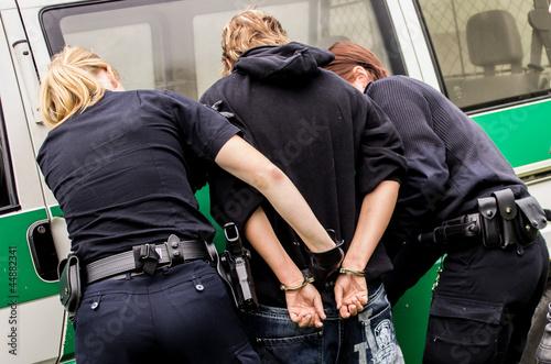 Fotografía  Polizeibeamte bei Durchsuchung