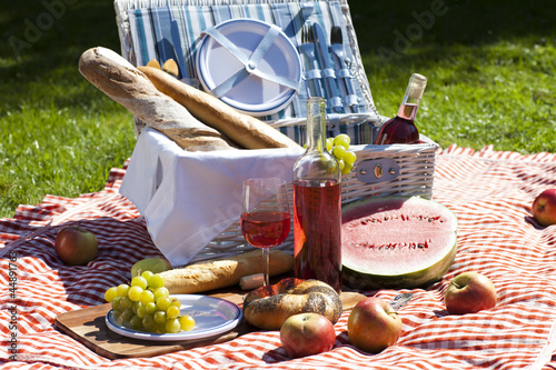 Stickers pour porte Pique-nique Perfect food in the garden. picnic