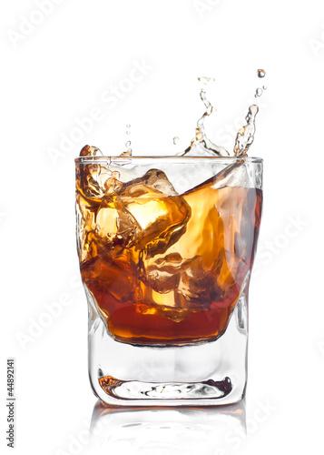 odrobina-whisky-z-kostkami-lodu