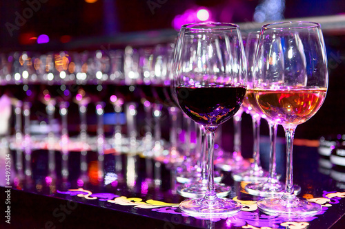 kieliszki-czerwonego-i-bialego-wina-przy-stole